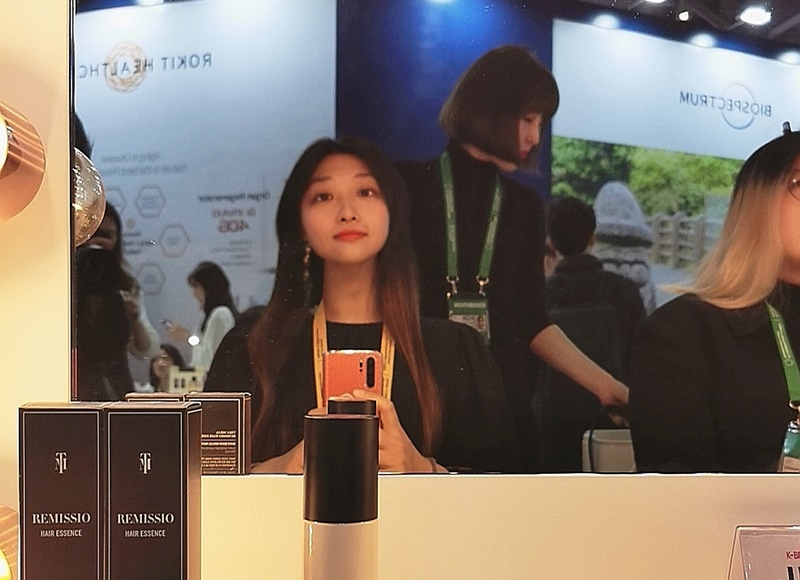 """11月25日,在2019韩-东盟特别峰会相关活动""""K-Beauty庆典""""上,韩宣网名誉记者亲自享受设计体验。韩宣网名誉记者刘心竹 摄"""