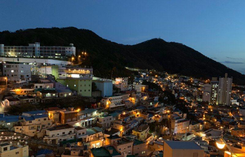 Культурная деревня Камчхон была основана в 1950-х годах беженцами во время Корейской войны, которые поселились на склоне горы. Город особенно красив ночью. / Фото: Тугамбекова Дана